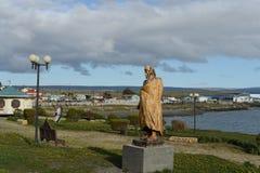 Um monumento ao caçador de um tribo indiano na vila de Porvenir Imagem de Stock Royalty Free