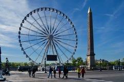 Um monumento e os ferris rodam dentro a plaza DE Paris, França fotos de stock royalty free