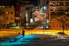 Um monumento e pouco parque em Tromso, Noruega na noite Foto de Stock