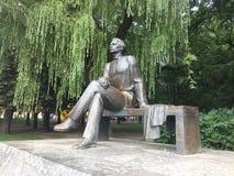 Um monumento a Maxim Gorky Park em Minsk imagem de stock