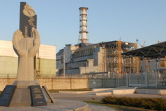 Um monumento na central energética nuclear de Chernobyl imagens de stock