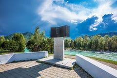 Um monumento no rio Katun As montanhas de Altai, Sib do sul imagens de stock royalty free