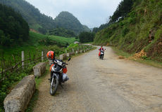 Um motobike na estrada rural com fundo do moutain em Moc Chau Foto de Stock