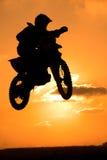 Um motociclista faz um salto grande imagens de stock