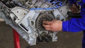 Um motor de autom?veis dos reparos do homem video estoque