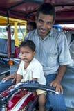 Um motorista do tuk do tuk em Indiana no Peru Fotos de Stock