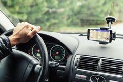 Um motorista em um carro executa as tarefas necessárias dirigir o veículo imagem de stock royalty free