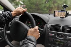 Um motorista em um carro executa as tarefas necessárias dirigir o veículo fotos de stock