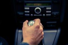 Um motorista em um carro executa as tarefas necessárias dirigir o veículo fotos de stock royalty free