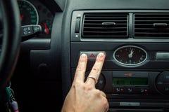 Um motorista em um carro executa as tarefas necessárias dirigir o veículo imagens de stock royalty free