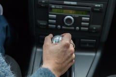 Um motorista em um carro executa as tarefas necessárias dirigir o veículo fotografia de stock