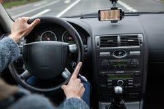 Um motorista em um carro executa as tarefas necessárias dirigir o veículo imagem de stock