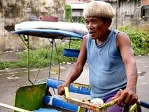 Um motorista em seu pedal pôs o triciclo, igualmente conhecido localmente como Fotografia de Stock