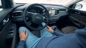 Um motorista senta-se em um carro do auto-estacionamento, fim acima vídeos de arquivo