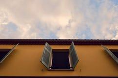 Um mundo das portas e das janelas imagens de stock royalty free