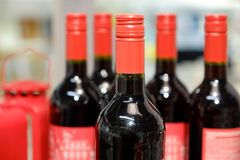 Um número de garrafas de vinho velhas na adega de vinho fotos de stock royalty free