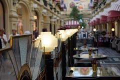 Um número de lâmpadas no shopping do café imagem de stock royalty free