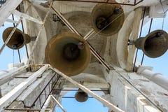 Um número de sinos diferente-feitos sob medida na torre de sino de Prepodobenskaya Suzdal, Rússia Imagens de Stock