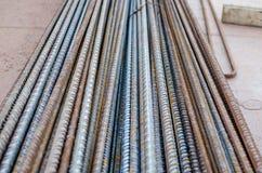 Um número hastes de aço ou de rebars deformados usadas no concreto reforçado com alguma corrosão Teste padrão da perspectiva fotografia de stock