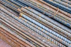 Um número hastes de aço ou de rebars deformados usadas no concreto reforçado com alguma corrosão Teste padrão diagonal foto de stock