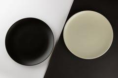 Um número placas lisas e de copos no fundo preto e branco Imagens de Stock Royalty Free