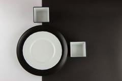 Um número placas lisas e de copos no fundo preto e branco Imagem de Stock Royalty Free