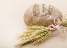 Um naco de pão e um grupo das orelhas do trigo Fotografia de Stock Royalty Free