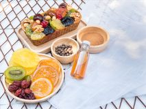 Um naco do bolo do fruto na placa de madeira com frutos secos Foto de Stock