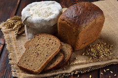 Um naco do pão de centeio com fatias Fotografia de Stock