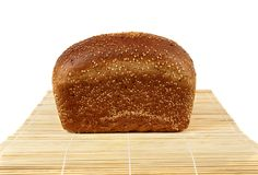 Um naco do pão de centeio com sésamo Foto de Stock