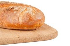 Um naco do pão de centeio em uma placa de estaca foto de stock royalty free