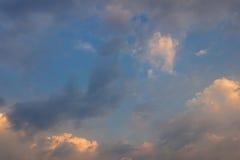 Um nascer do sol bonito no céu Imagens de Stock Royalty Free