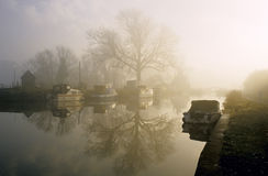 Um nascer do sol enevoado no rio Imagens de Stock