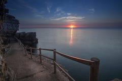 Um nascer do sol na praia fotografia de stock
