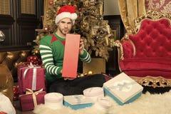 Um Natal muito feliz a voc? Homem feliz com caixas de presente do Natal O indiv?duo est? comemorando o Natal em casa Homem em San imagem de stock royalty free