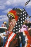 Um nativo americano com uma bandeira americana Fotos de Stock Royalty Free