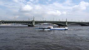 Um navio branco do motor com os turistas a bordo das velas nas ondas do rio vídeos de arquivo