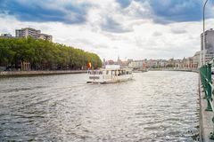 Um navio branco no rio Meuse perto da ponte dos arcos fotografia de stock royalty free