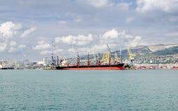 Um navio de alto mar na carga no porto Imagens de Stock Royalty Free