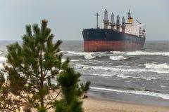Um navio de carga foi jogado para fora na costa de mar Báltico pela tempestade imagem de stock royalty free