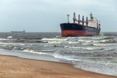 Um navio de carga foi jogado para fora na costa de mar Báltico pela tempestade Fotografia de Stock Royalty Free