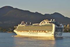 Um navio de cruzeiros em Vancôver, Columbia Britânica foto de stock royalty free