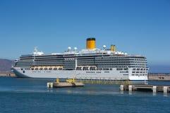 Um navio de cruzeiros escorado imagens de stock royalty free