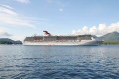 Um navio de cruzeiros fora da costa Fotografia de Stock Royalty Free