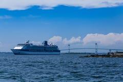 Um navio de cruzeiros pela ponte de Newport fotografia de stock royalty free