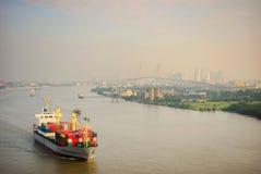 Um navio de recipiente em um rio do ya de Chao Phra Fotos de Stock Royalty Free