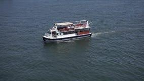 Um navio de transporte pequeno flutua lentamente na calma, água clara vídeos de arquivo
