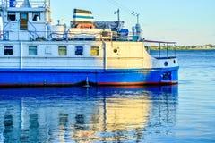 Um navio do turista do cruzeiro é refletido na água no alvorecer Fotografia de Stock