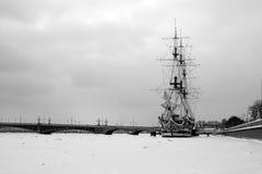 Um navio em Neva em St Petersburg Fotos de Stock Royalty Free