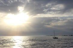 Um navio em um mar Imagens de Stock Royalty Free